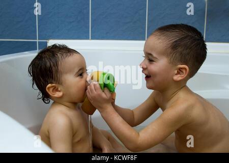 Zwei Kleine Jungs In Der Badewanne Stockfoto Bild 14617972 Alamy