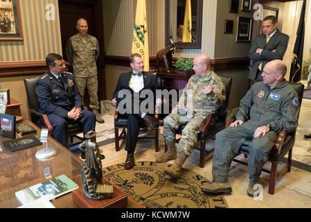 Die kolumbianische Luftwaffe gen. Carlos Eduardo bueno Vargas, kolumbianische Air Force Commander, trifft sich mit - Stockfoto