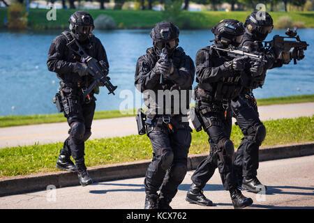 Special Forces tactical Team von vier in Aktion, unmarkierte und Unerkennbare SWAT-Team - Stockfoto