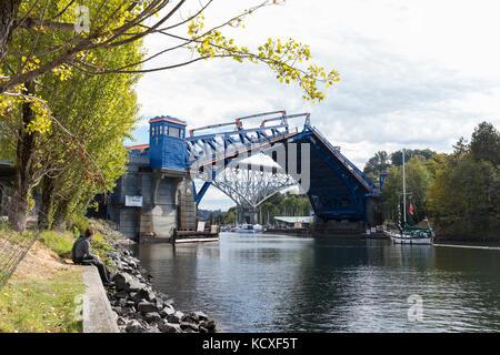Seattle, Washington: Junges Paar Uhren die Fremont bridge offen für ein Segelboot zu übergeben. Die zweiflügelige - Stockfoto