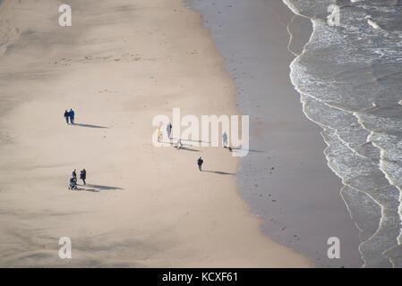 Gruppen von Urlaubern entlang Blackpool Beach. Credit: Lee ramsden/alamy - Stockfoto