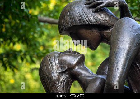 Romeo und Julia Bronze Statue in der Nähe der Delacorte Theater im Central Park. Manhattan, New York City - Stockfoto