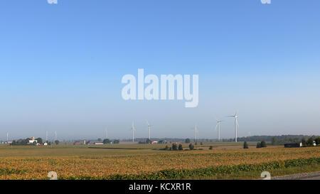 Windenergieanlagen in der Morgendämmerung im südlichen Ontario - Stockfoto