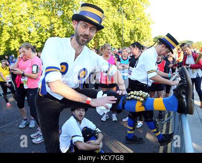 London, Großbritannien. 8. Oktober 2017. nach oben limbering vor dem Rennen in Hyde Park. Das hammersmith Morris - Stockfoto