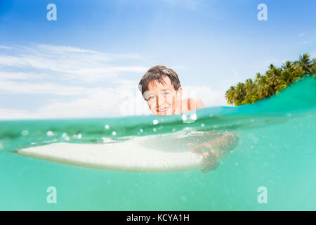 Gerne hübscher kleiner Junge schwimmen auf der Surfen im Meer Hälfte unterwasser Split Image - Stockfoto