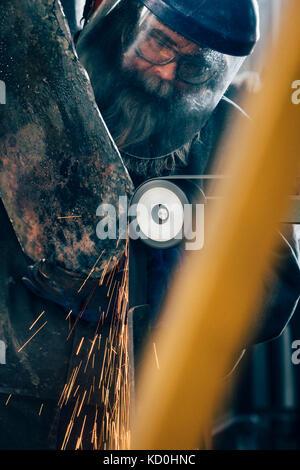 Schmied Schleifen von Metall auf der Maschine in der Metallwerkstatt - Stockfoto