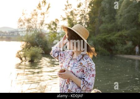 Junge Frau am See zu betrachten - Stockfoto