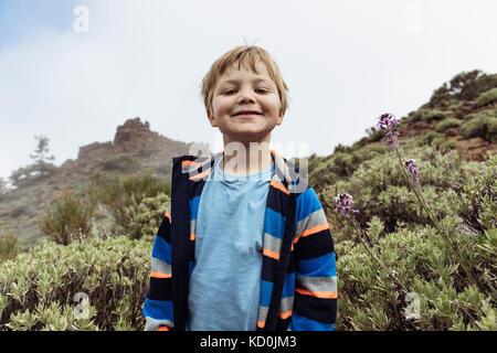 Portrait von cute Boy auf den Teide, Teneriffa, kanarische Inseln - Stockfoto