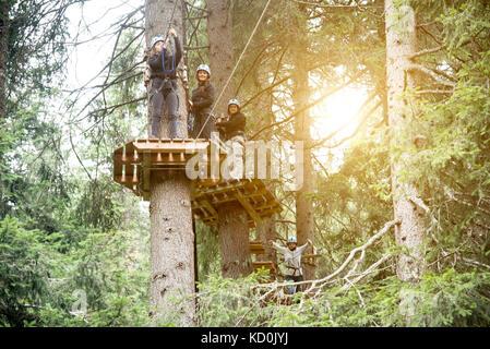 Freunde in Wald mit Hochseilgarten - Stockfoto