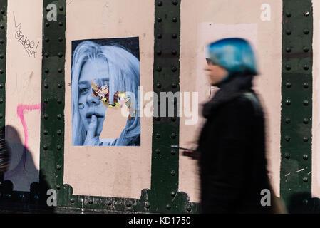 Verschwommene Frau mit blauen Haaren hinter einer Wand mit street art Foto portrait Wandmalerei der jungen Kind - Stockfoto