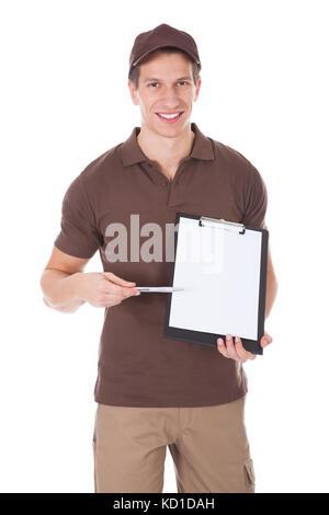 Junge glücklich Delivery Man übersicht Formular auf Zwischenablage auf weißem Hintergrund - Stockfoto