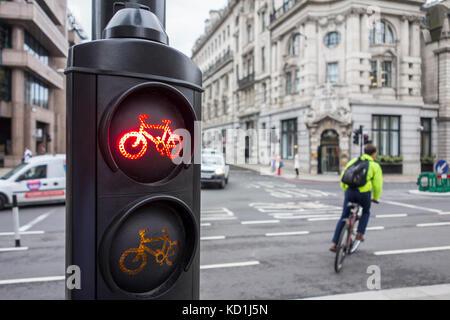 Radfahrer Zyklen durch ein rotes Licht. Stadt von London, Großbritannien - Stockfoto