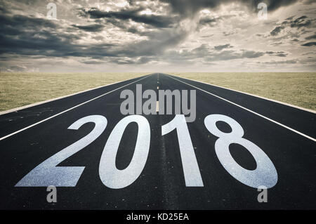 2018 Straße Perspektive, dunkle Wolken, Krise Konzept - Stockfoto