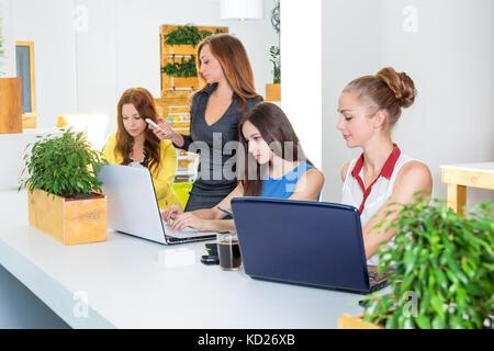 Gruppe von ziemlich Geschäftsfrau gemeinsam mit neuen Anlauf mit laptop computer Projekt in modernen Loft. Menschen - Stockfoto
