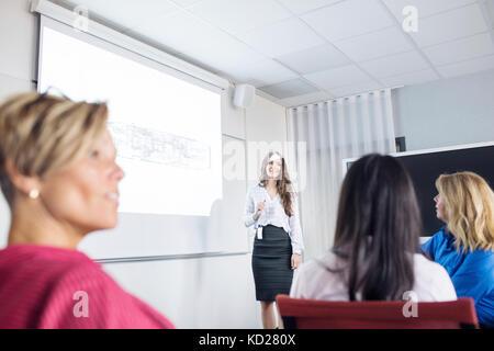 Weibliche Architekten, Präsentation auf der Konferenz - Stockfoto