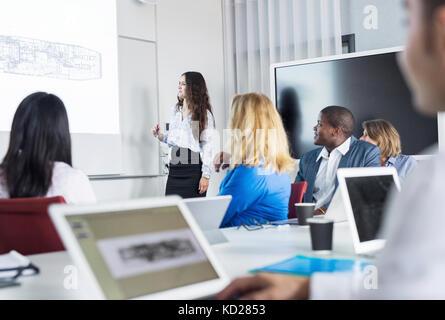 Weibliche Architekten, Präsentation im Büro treffen - Stockfoto