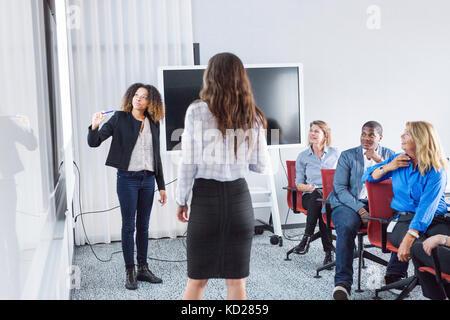 Weiblichen Architekten, Präsentation im Büro treffen - Stockfoto