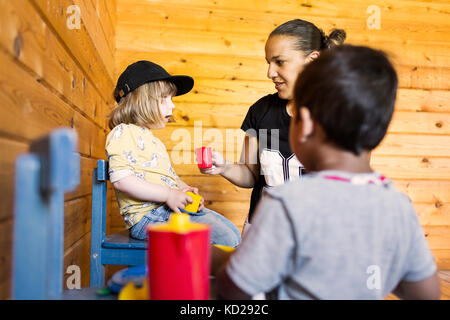 Kinder (2-3) spielen mit Mutter - Stockfoto