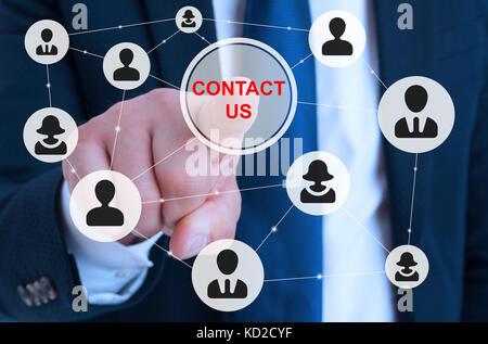 Männliche Unternehmer zeigen auf Kontakt Schaltfläche für weltweite Anwendung Netzwerk - Stockfoto