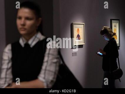 Moskau, Russland. 9. Okt. 2017. Leute sorgen eine Ausstellung mit Zeichnungen der österreichische Maler Gustav Klimt - Stockfoto