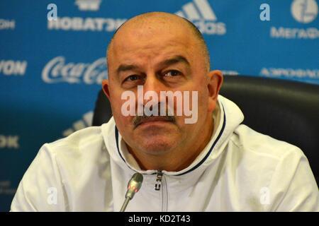 Kasan, Russland. 9. Okt. 2017. russische Nationalmannschaft Trainer Stanislav cherchesov auf einer Pressekonferenz - Stockfoto