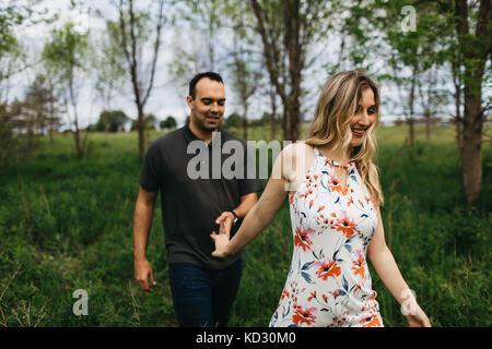 Romantisches Paar Hände halten im Feld - Stockfoto