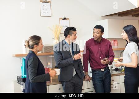 Unternehmerinnen und Frauen in informellen Treffen im Büro Küche - Stockfoto