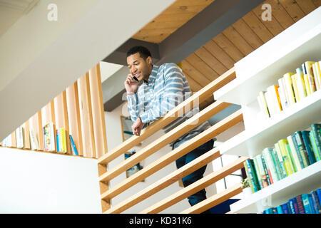 Junge Unternehmer auf dem Balkon, Smartphone Anruf - Stockfoto