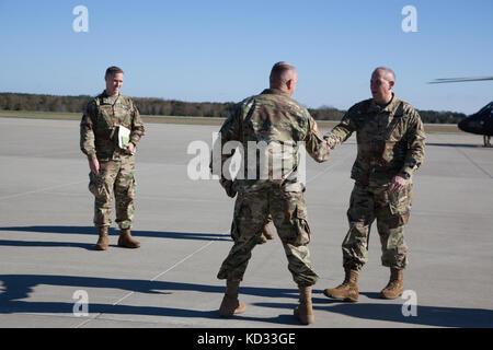 US Army LT. Gen. Timothy Kadavy, Direktor der Army National Guard, trifft US Army LT. Col. Marion Collins vom 263. - Stockfoto