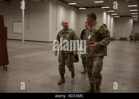 US Army LT. Gen. Timothy Kadavy, Direktor der Army National Guard, spricht mit US Army LT. Col. Brian Pitts vom - Stockfoto