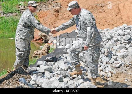 Brig. General R. Van McCarty, stellvertretender General Adjutant, South Carolina National Guard, spricht mit Soldaten - Stockfoto