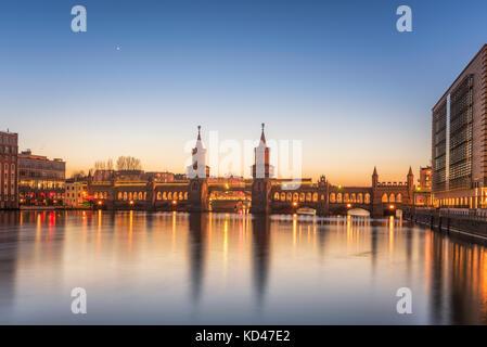 Historische Oberbaumbrücke und die Spree in Berlin, Deutschland, Europa. - Stockfoto