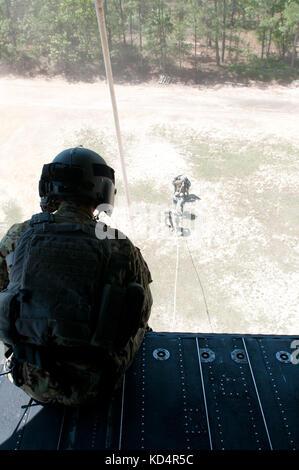 Die US-Armee crewmember Zugeordnet 160 Special Operations aviation Regiment (airborne) wartet auf die Betriebsbereit - Stockfoto