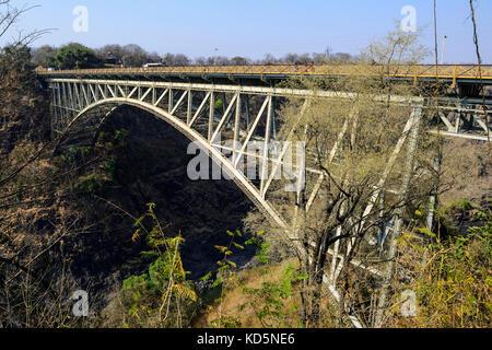 Die Victoria Falls Brücke die Grenze zwischen Sambia und Simbabwe im Südlichen Afrika Stockfoto