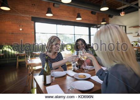 Frauen Freunde toasten weiß Weingläser, Restaurant Tabelle - Stockfoto