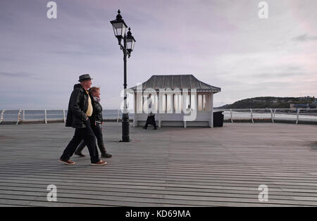 Menschen zu Fuß auf Cromer Pier, North Norfolk, England - Stockfoto