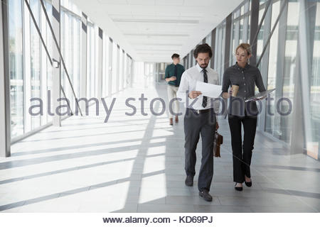 Business Menschen zu Fuß, Schreibarbeit diskutieren im Büro Flur - Stockfoto