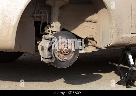 Closeup Schuß von der Scheibenbremse ohne Rad auf es - Stockfoto