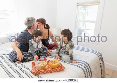 Junge Familie essen Frühstück im Bett - Stockfoto