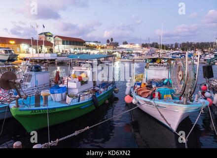 Fischereifahrzeuge und Sportboote im Hafen von Paphos, Kato Paphos, Zypern günstig. - Stockfoto