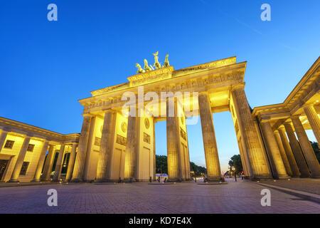 Berlin Night Skyline der Stadt am Brandenburger Tor (Brandenburger Tor), Berlin, Deutschland - Stockfoto