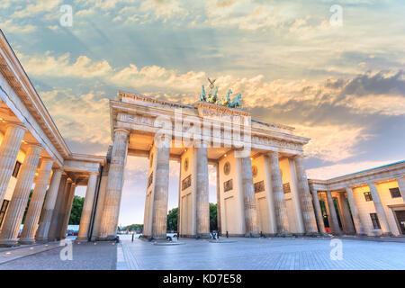 Berlin Sonnenuntergang Skyline der Stadt am Brandenburger Tor (Brandenburger Tor), Berlin, Deutschland - Stockfoto