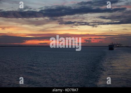 Isle of Grain, UK. 11 Okt, 2017. Sonnenuntergang über der Insel von Korn mit einem roten und rosa Himmel über der - Stockfoto