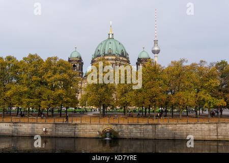 Berliner Dom und Fernsehturm über den Lustgarten Park in Berlin gesehen, Deutschland - Stockfoto
