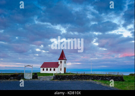 Hellnar Kirche und die vorderen weißen Tor gegen Mitternacht, Sommer, Halbinsel Snaefellsnes, Island Mitternachtssonne, - Stockfoto