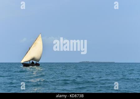 Dhow Boot segeln im Ozean, Sansibar, Tansania - Stockfoto