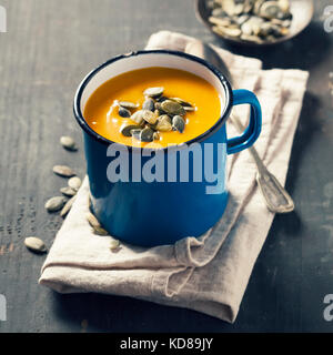 Kürbis Suppe in einem Topf auf einem Holz- Oberfläche - Stockfoto