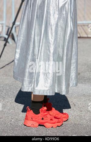 Mailand - 20. September: Frau mit silber, metallic Rock und red Reebok Sneakers, bevor Alberto zambelli fashion - Stockfoto