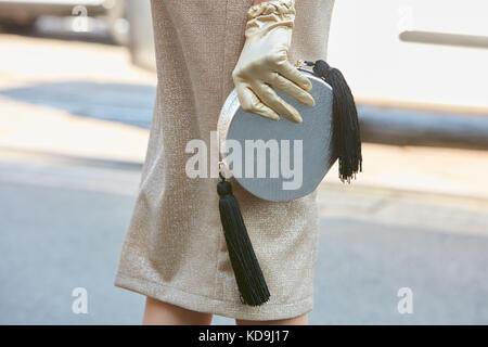 Mailand - 21. September: Frau mit Silber und goldenen Handschuh vor Fendi fashion show, Mailand fashion week street - Stockfoto