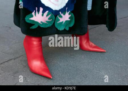 e801c67f81b47 September  Frau mit roten Spitzen High Heel Stiefel und dunklen Pelzmantel